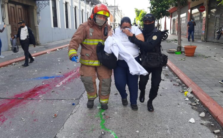 Agentes de la PNC usan gases lacrimógenos para dispersar a manifestantes