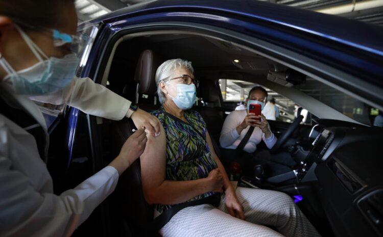 Salud habilita centro de vacunación vehicular para atender a adultos mayores